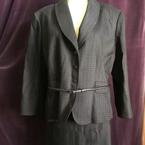 Tahari woman's suit 18